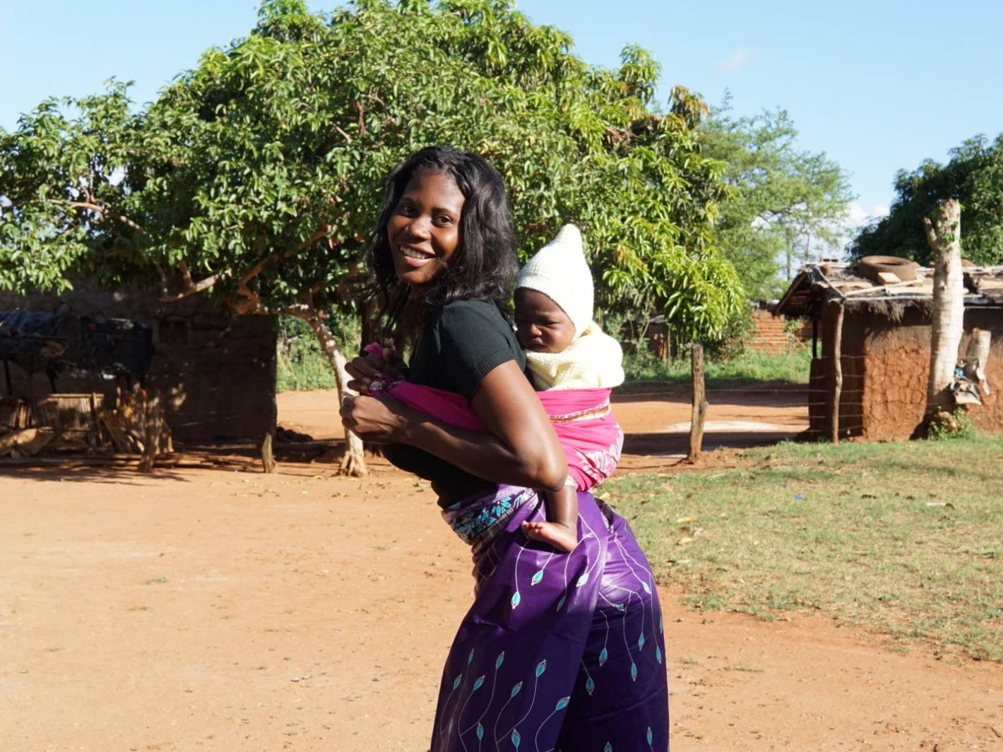 una mamma mozambicana con il suo bambino nella fascia porta bebè