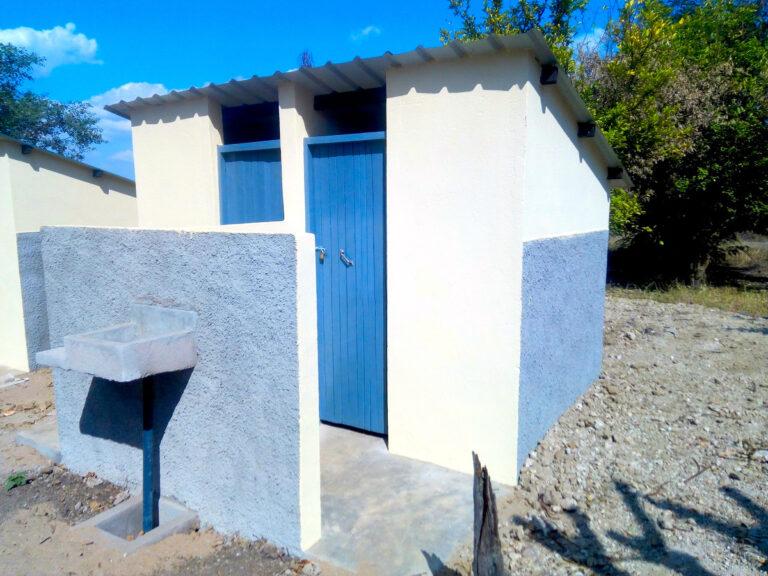 I nuovi bagni della scuola di Pungwe