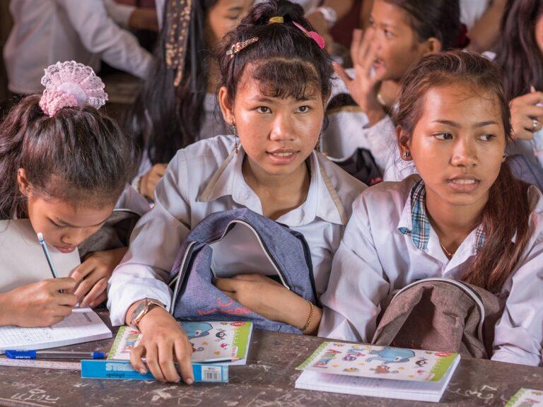 Delle ragazze cambogiane in aula