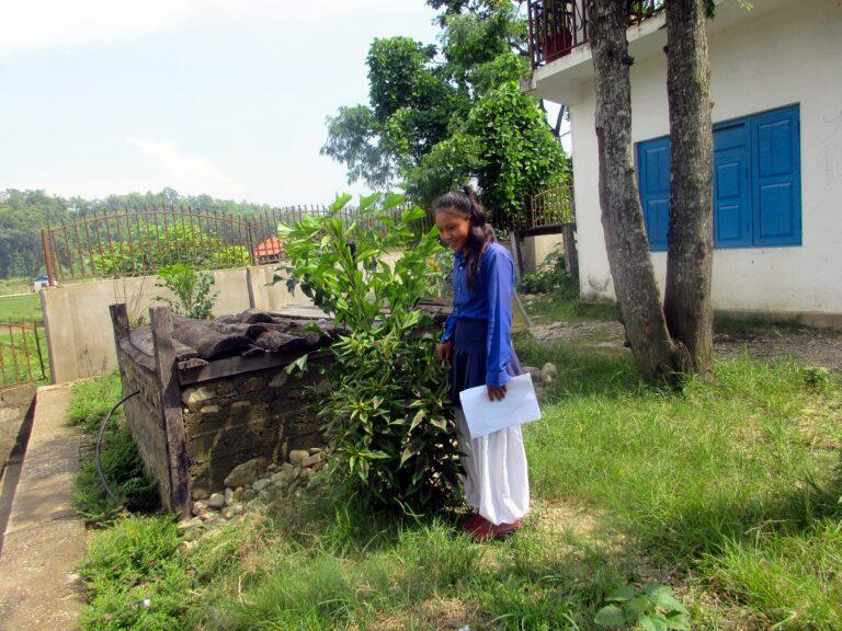 una ragazza nepalese nel giardino della scuola