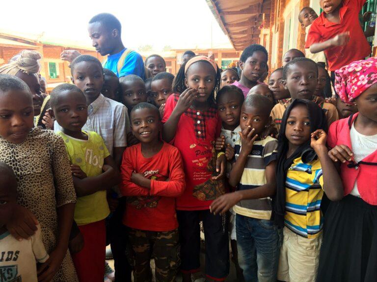 Dei bambini dei campi estivi di Bukavu posano in posa