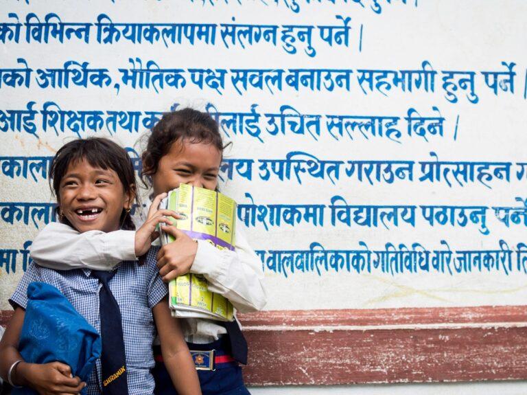 Due bambine nepalesi abbracciate