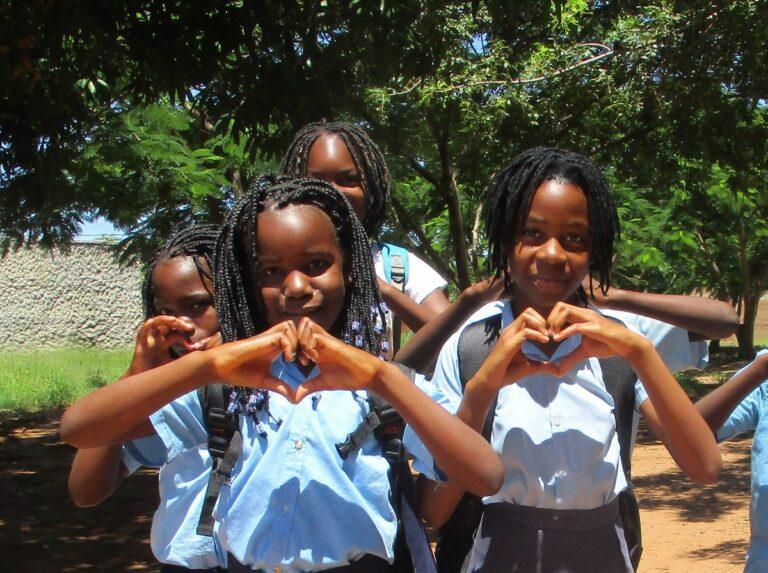 Bambine che fanno un cuore con le mani