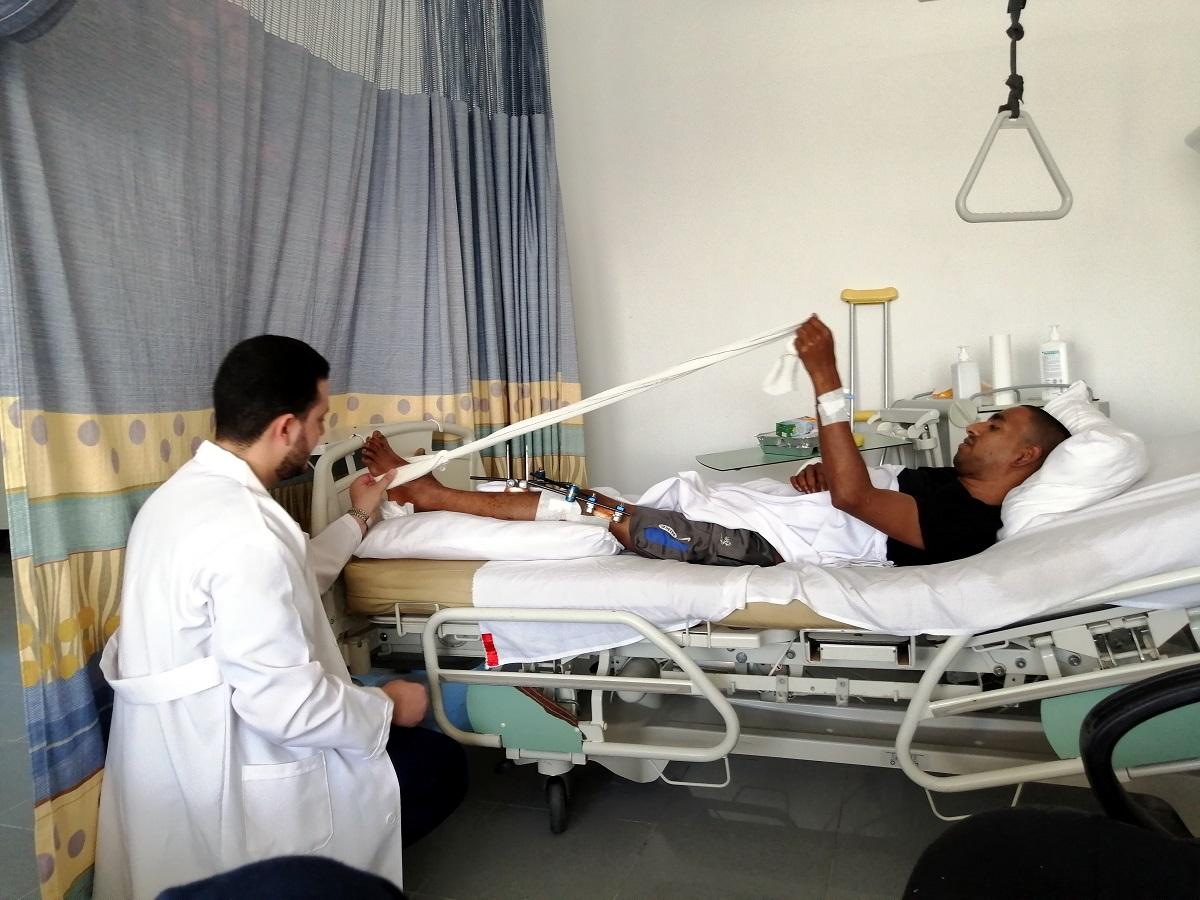 Un medico e un paziente in un ospedale libico