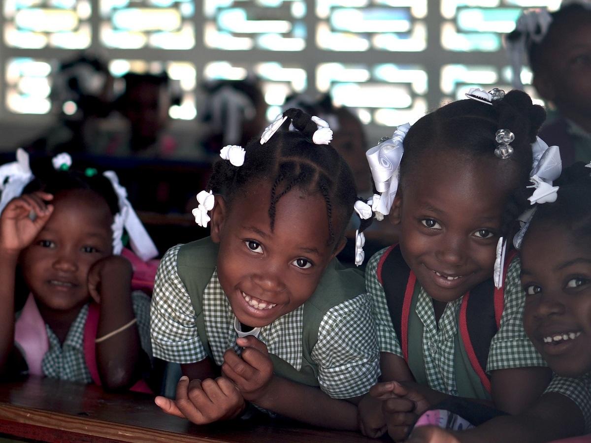 Un gruppo di bambini a scuola