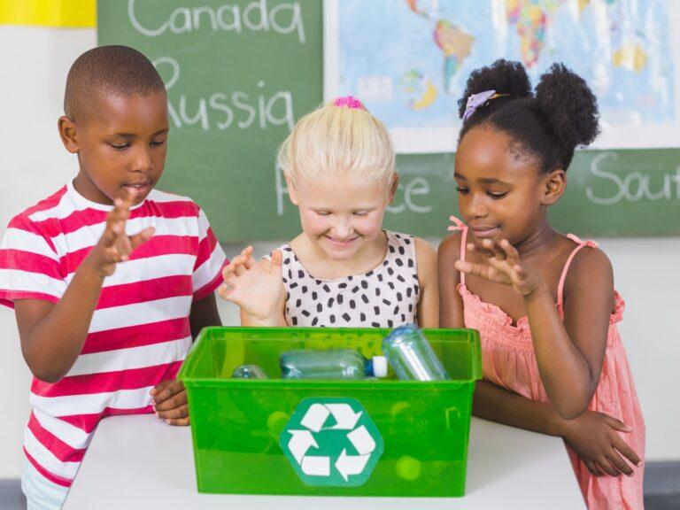 Dei bambini riciclano delle bottiglie di plastica